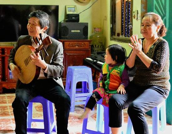 Bac Ninh Province, เวียดนาม: Mr. Viet entertaining with music and song