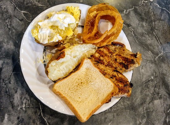 Reidsville, Carolina del Nord: Grilled chicken, onion rings, baked potato and bread. Didn't eat bread!!