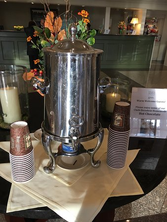 Wakefield, MA: Updated lobby and delicious hot chocolate for guests