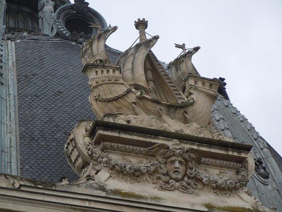 Sculpture au dessus porte d 39 entr e cour int rieure photo for Au dessus de la porte d entree