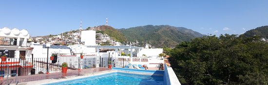 Encino Hotel: Rooftop pool with a view of the Mirador de la Cruz (the cross) and viewing tower.