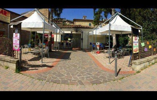 Rosia, Italia: vista giardino entrata