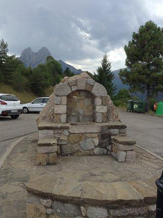 Gosol, Spain: Mirador del Pedraforca, y aparcamiento restaurante junto carretera.