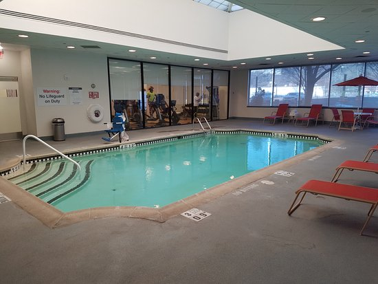 Sheraton Lincoln Harbor Hotel: Pool with Fitness Centre in behind.
