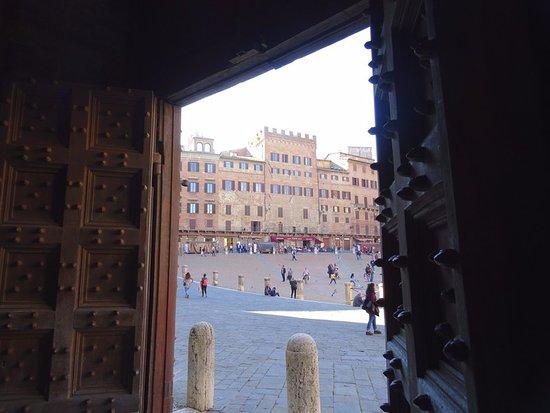 Siena, Italia: porte sur la piazza del campo