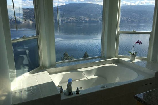 Summerland, Kanada: Jacuzzi over looking the lake
