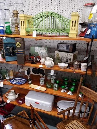 Zionsville, PA: Items in booths ranging from newer items.