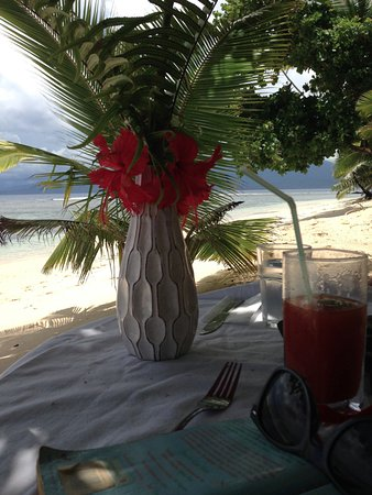 Qamea Island, Fidschi: Valentine's Day lunch table set up on the beach under the trees