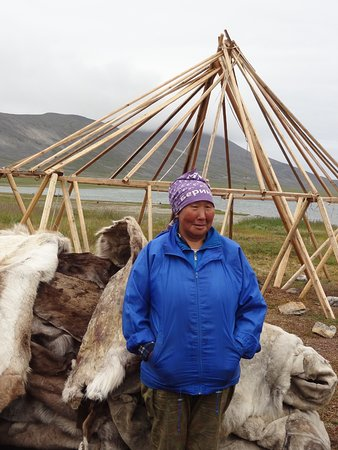 Chukotka Autonomous Region, รัสเซีย: Chukchi woman with Traditional house called a Yaranga, usually covered with reindeer hides.