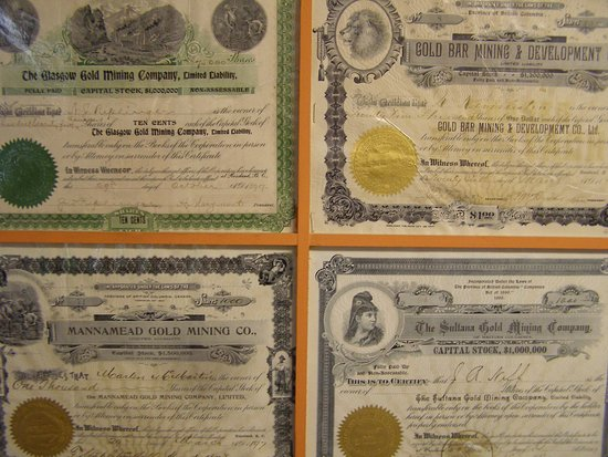Rossland, Kanada: Mining share certificates on the interior wall of the main building entrance.