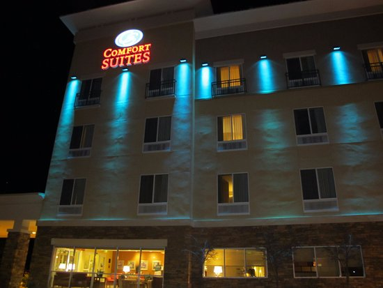 Prescott Valley, AZ: The outside is lit in changing colors at night