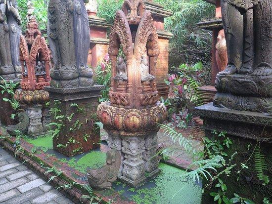 Lipa Noi, Thailand: Pasillo de acceso y fuente