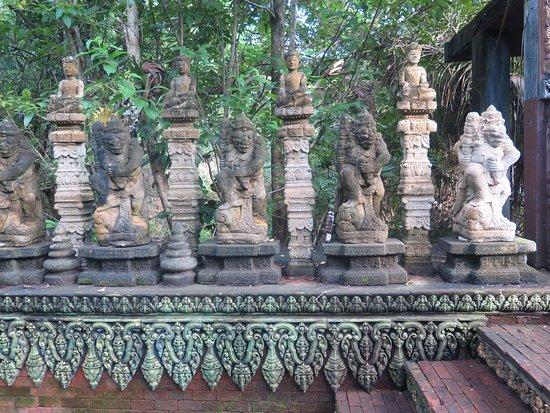 Lipa Noi, Tailandia: Bella ornamentación y esculturas