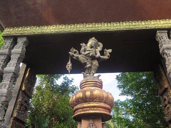 Lipa Noi, Tailandia: Figura bajo el pórtico
