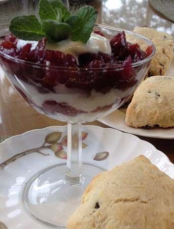 Chanticleer Inn B&B: Fruit Parfait with scones