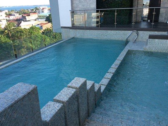 Hotel XYZ : Poolen ligger på 9 våningen med fin utsikt över staden.