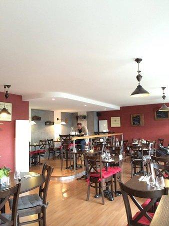 Saint-Flour, Frankrijk: La Salle de Restaurant chaleureuse et agréable.