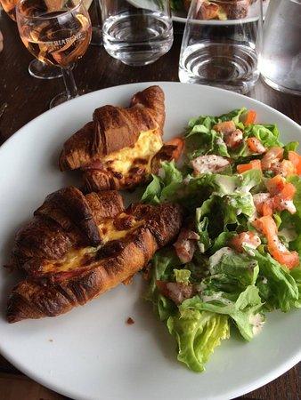 Saint-Flour, Frankrijk: L'entrée du jour : Croissants au jambon fait maison, accompagné d'une salade verte fraiche.