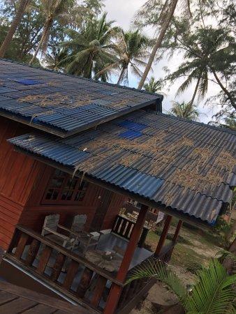 Chaloklum Bay Resort : Tout tombe en désuétude ! Aucun nettoyage des toits !