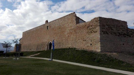 Valtopina, Italy: Castello sulla sommità a 520 metri