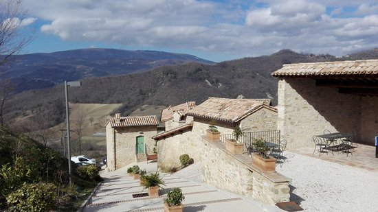 Valtopina, Italia: Veduta del monte Subasio e del Resort