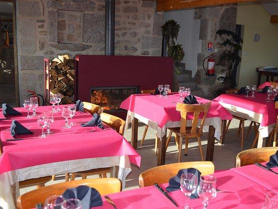 Saint-Antheme, France: La salle de restaurant pour des dîners au coin du feu ou pour se réchauffer après une journée de