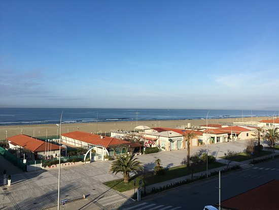 Hotel Piccadilly: Frente la playa y cerquita de los bellísimos pueblos de la Toscana.  Lamento haber estado en inv