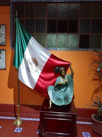 BEST WESTERN Hotel Majestic: Drapeau mexicain a l'entrée du restaurant , intérieur de l'hôtel et vue sur la place depuis le r