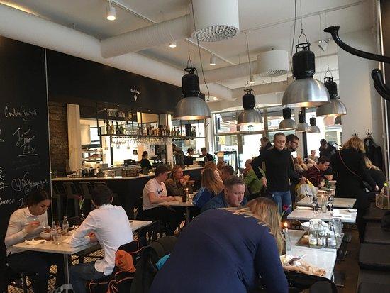 Harlig Pasta: Vi va här och åt lunch en lördag i början på mars och testade varsin pastarätt; oxfilé, basilika