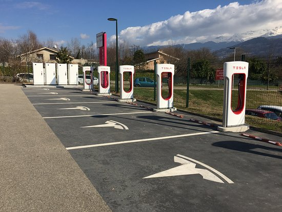 Bernin, Francia: Waiting for your Tesla…
