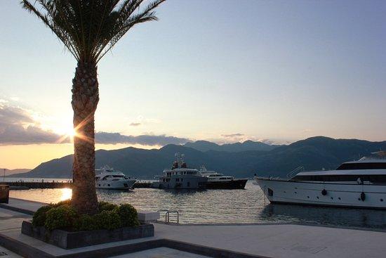 Tivat, Montenegro: Urokliwy zachód Słońca