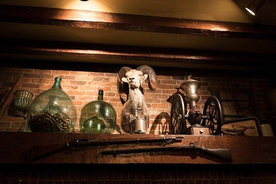 Manoir Hovey: Inside the pub
