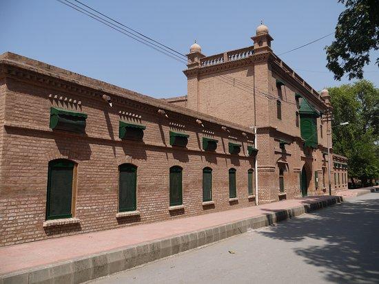 Islamia College: здание на территории колледжа_2