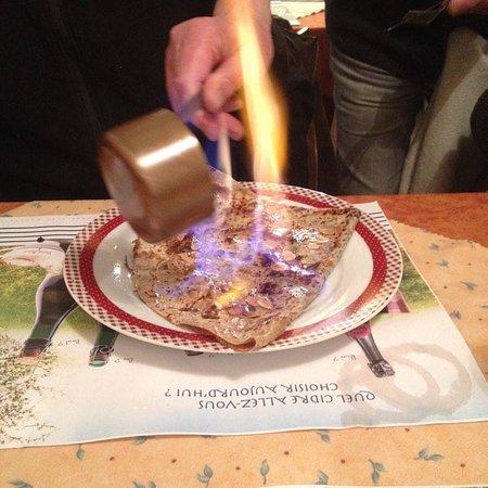 Languidic, Francia: La crêpe est flambée devant vous ! Aussi impressionant que bon.