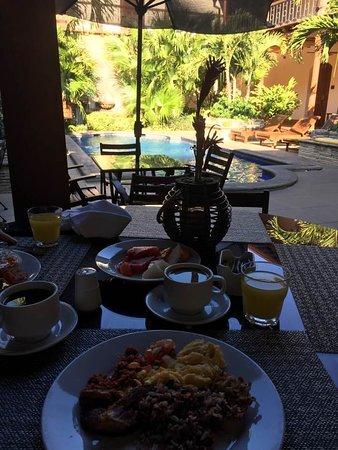 Hotel Plaza Colon: Breakfast poolside