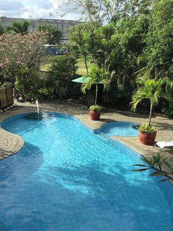 هوتل فليرز بالاوان: Room 207 window view overlooking pool...new SM built in the background across the street.