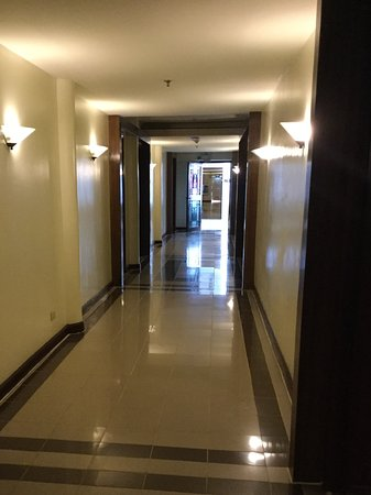 Hotel Fleuris: Corridor outside room on one side of level 2