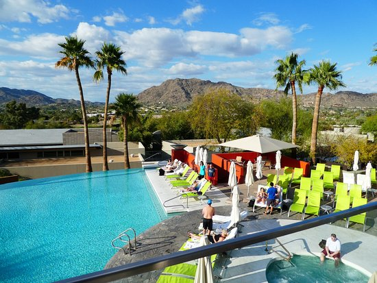 Sanctuary Camelback Mountain: Gorgeous sunset bar to drink and watch the mountains...