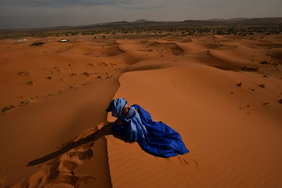 Region Fes-Boulemane, Marokko: Youseff in Sahara, he later lent the outfit to my husband for photoshooting lol