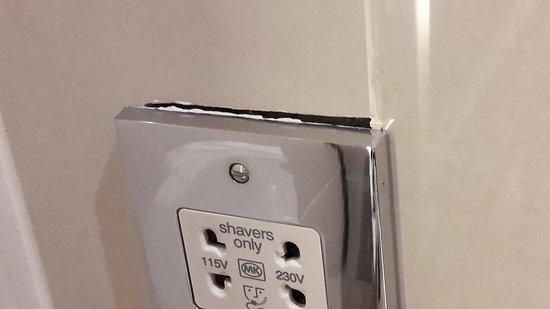 Wivenhoe, UK: Gap behind shaving socket