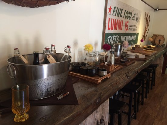 Lummi Island, واشنطن: Check-in area with refreshments