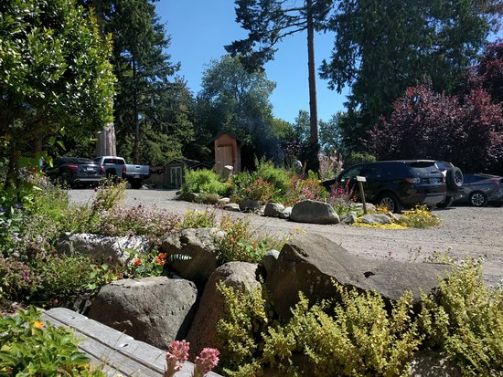 Lummi Island, WA: Beautiful landscaping at main premise. You can see the chef is preparing dinner at the back.