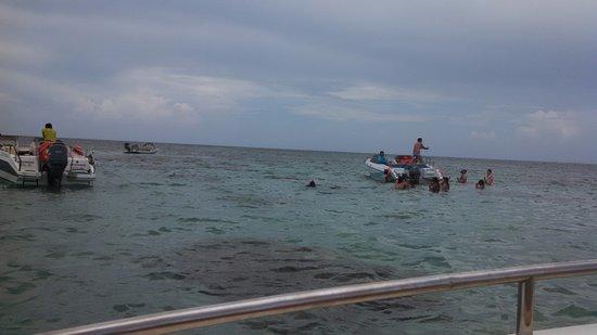 Parrachos de Rio do Fogo : Muitos barcos atracando nos corais que estão se deteriorando.