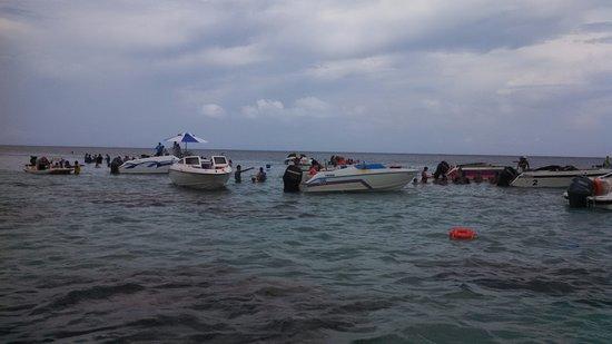 Parrachos de Rio do Fogo : Muita gente comendo e bebendo no meio dos corais e jogando lixo no local