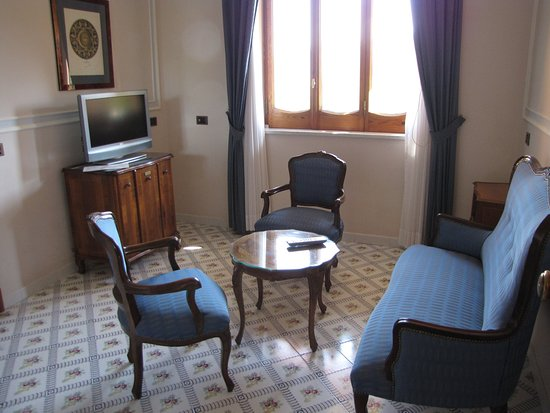 Grand Hotel Ambasciatori: Seperate living room, seperate from the bedroom and bathroom
