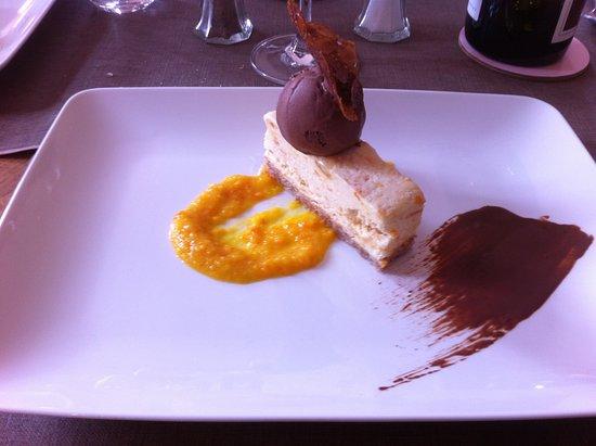 Saint-Pierre-la-Palud, Fransa: dessert Parfait Mandarine avec son coulis et sorbet chocolat