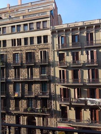 Catalonia Diagonal Centro: Дом напротив гостиницы