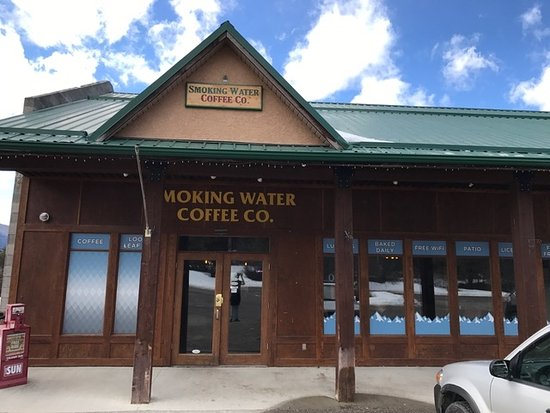 Fairmont Hot Springs, Canada: Front Entrance. Cleaned up and fresh looking!
