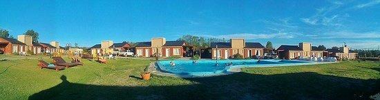 Rio Colorado, Argentina: Amplio parque con piscina climatizada, juegos infantiles, maquinas para ejercicios y reposeras p