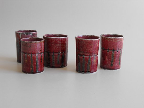 Clive, Nova Zelândia: Cut and stapled porcelain forms with a copper red glaze.